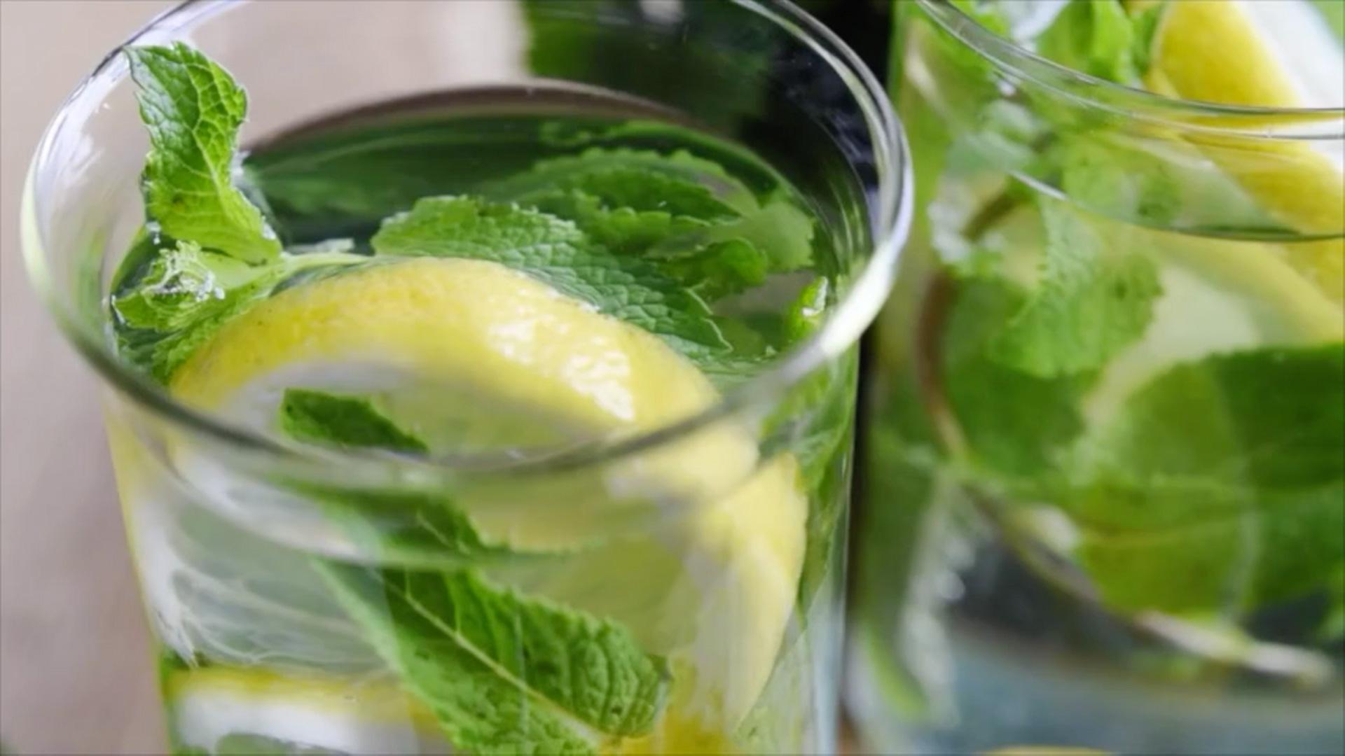 Aperitivo è la linea di detergenti professionali le cui fragranze detergono ogni superficie donando profumo tipico dei cocktail e long drink da happy hour